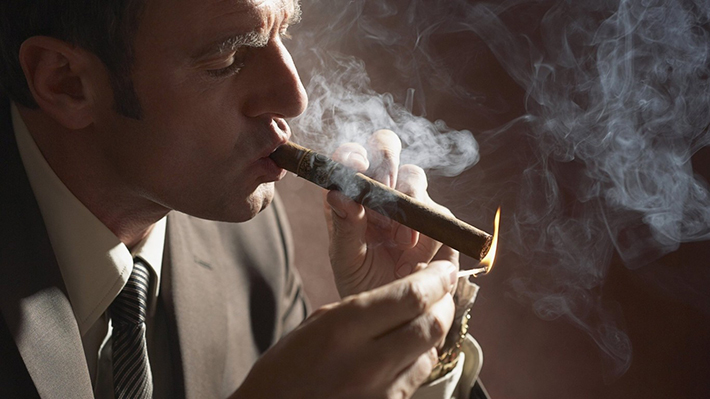 smoking_men_cigars_1366x768_27466 How to Choose the Best Cigar How to Choose the Best Cigar smoking men cigars 1366x768 27466