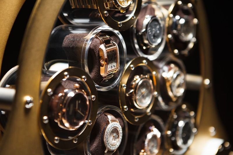 watch winders Golden and Modern Watch Winders to Keep Safe Your Timepieces Lumisidus 11 24 carat gold Watch Winder closeup web 4